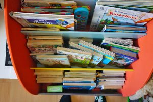 Unser Kinder Bücherregal mittlerweile rappelvoll