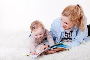Mama und Kind lesen zusammen | Bücherregal Kinder